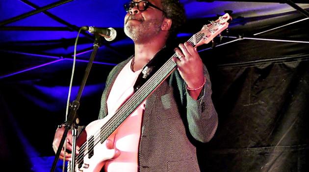 Strombeek découvre le bassiste brésiliano-camerounais René Calvin dans le cadre du pop-up ; ce dernier leur délivre une performance de grande classe aux couleurs jazzy.