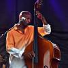 De la basse à la contrebasse, Reggie Washington exprime avec la même ferveur, ses sentiments et ses idées dans VINTAGE NEW ACOUSTIC