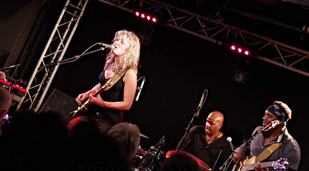 Ana Popovic explose le New-Morning sous le regard médusé de Lucky Peterson.