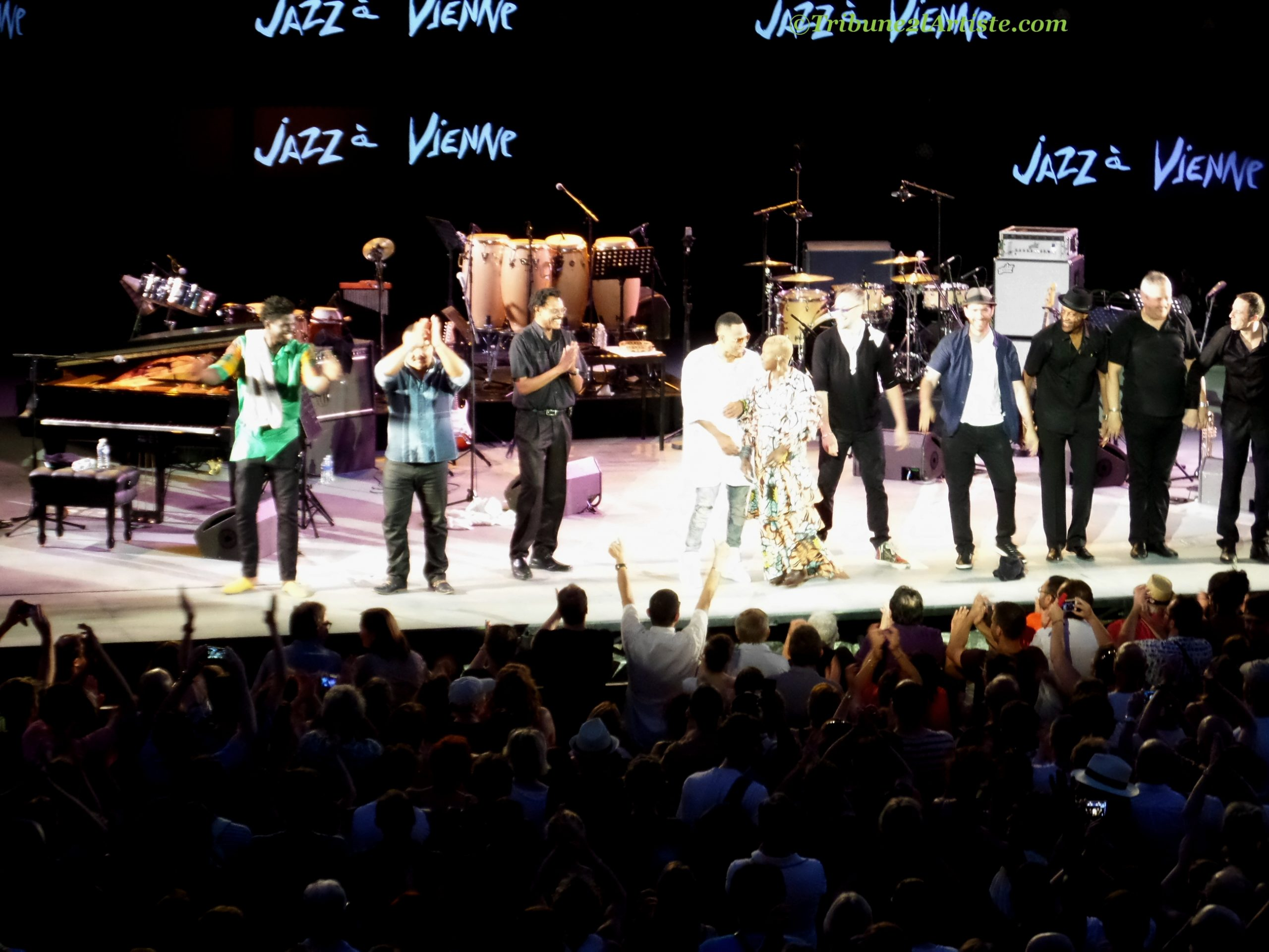 Jazz à Vienne était sous la coupe de trois énergies venues de 3 sources : Nature, Afrique et Cuba. Angélique Kidjo et Roberto Fonseca, la parfaite image qui montre l'origine africaine de la salsa en particulier et de la musique cubaine en général.