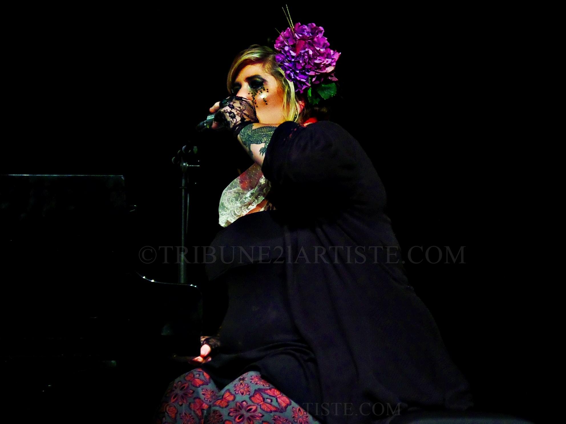 Sarah McCoy, une pianiste avec beaucoup de personnalité et qui a surtout de quoi offrir sur scène.