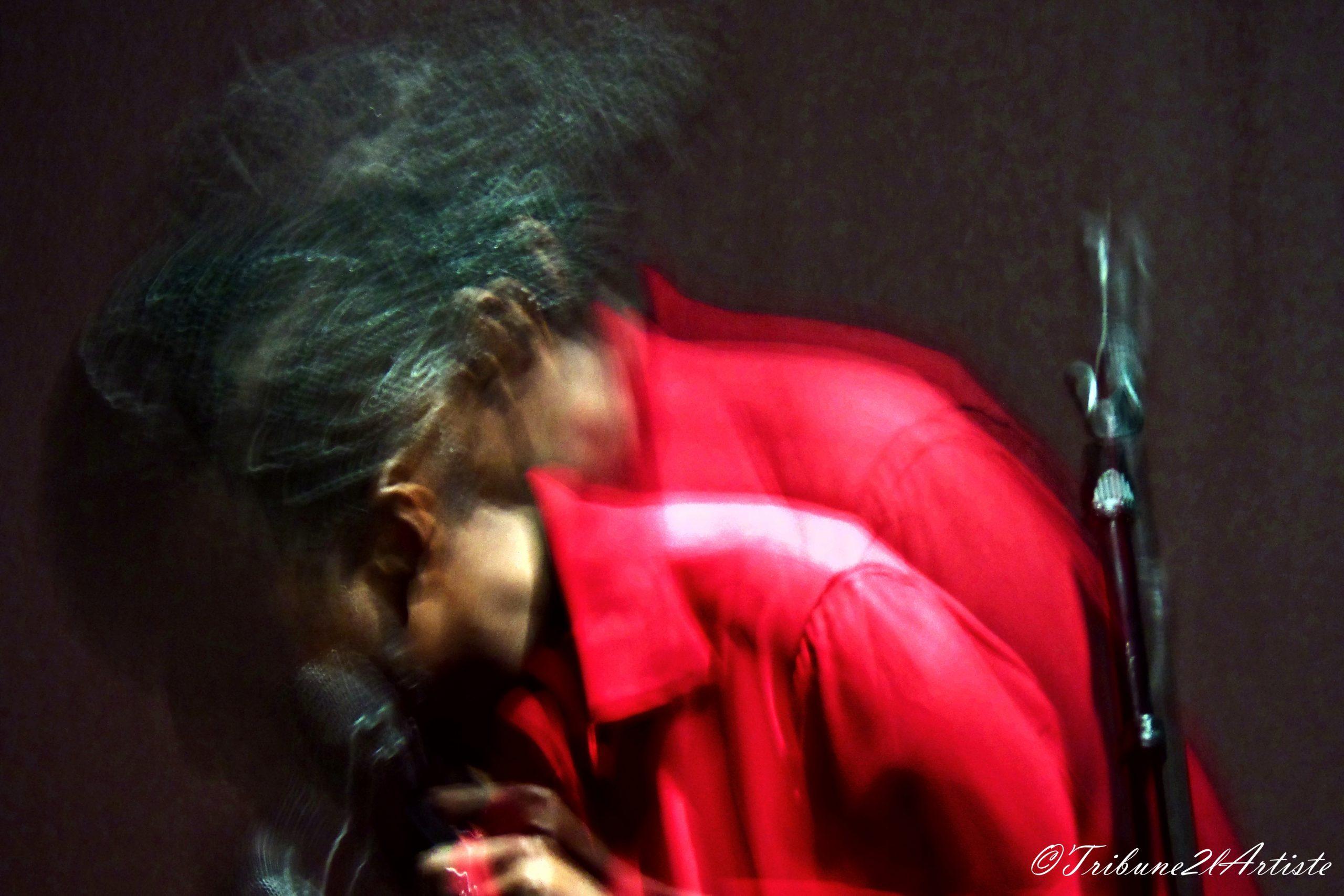 """AWA LY présente avec beaucoup d'élégance et de sincérité, """"SAFE & SOUND""""."""